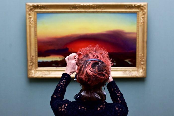 ¿Qué pasa cuando cruzas los cuadros expuestos en un museo con susvisitantes?